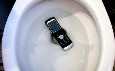 Что делать если телефон упал в унитаз